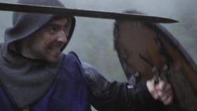 Langzame motielengte van het middeleeuwse militair vechten met zwaard en schild stock video
