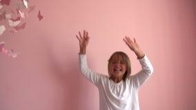 Langzame Motieopeenvolging die van Jong Meisje op Haar Bed springen stock videobeelden