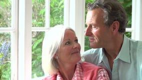 Langzame Motieopeenvolging van Romantisch Midden Oud Paar stock footage