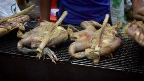Langzame Motieverkoper die Cambodjaanse kip in de straat van de barbecuemarkt koken stock footage