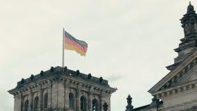 Langzame Motievlag van Duitsland op de toren van Bundestag Berlijn, Duitsland stock footage