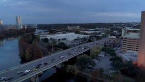 Langzame omgekeerde luchtmening van verkeer op s-de Brug van de Congresweg in Austin stock footage