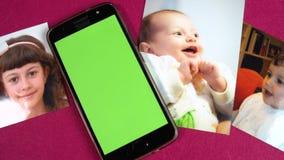 Langzame panning van mooie babyfoto's met het groene scherm mobiele FDV stock video