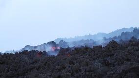 langzame stroom van een lavastroom stock video