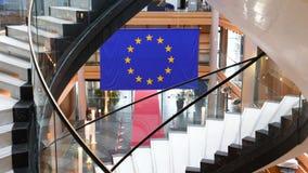 Langzame uitzoomen van Europese Unie blauw het vlagparlement binnenland stock footage