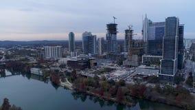 Langzame voorwaartse antenne die schot van Austin Skyline vestigen stock video