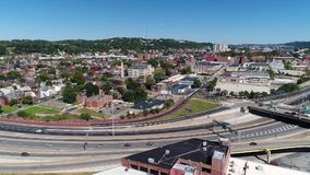 Langzame Voorwaartse Antenne die Schot van het District van Pittsburgh vestigen allegheny-west stock videobeelden