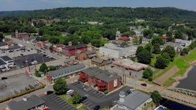 Langzame Voorwaartse Antenne die Schot van Klein Pennsylvania Rivertown vestigen stock video