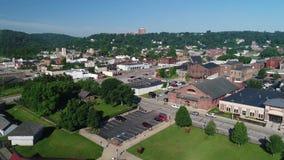 Langzame voorwaartse antenne die schot van Steubenville Ohio vestigen stock video