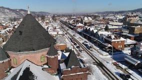 Langzame voorwaartse lucht de Riemstad van de menings kleine Roest in de winter stock footage