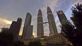 Langzame Wolken boven Kuala Lumpur Skyline Timelapse stock footage