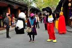 Langzhong, Κίνα: Mickey Mouse και τουρίστας Στοκ Εικόνα