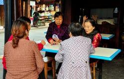 Langzhong, Китай: Карточки женщин играя Стоковые Фото