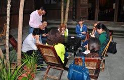 Langzhong, Китай: Карточки людей играя Стоковые Изображения RF