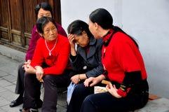 Langzhong, China: Conversa de quatro mulheres Foto de Stock
