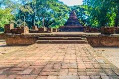 Lanka样式在Muang Kao历史公园破坏Wat Mahathat寺庙塔, Phichit,泰国古城 这个游人 免版税库存照片
