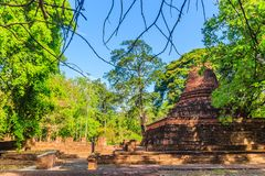Lanka样式在Muang Kao历史公园破坏Wat Mahathat寺庙塔, Phichit,泰国古城 这个游人 图库摄影