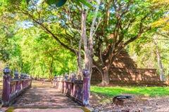 Lanka stil fördärvar pagoden av den Wat Mahathat templet i Muang Kao Historical Park, den forntida staden av Phichit, Thailand De royaltyfri fotografi