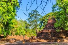 Lanka stil fördärvar pagoden av den Wat Mahathat templet i Muang Kao Historical Park, den forntida staden av Phichit, Thailand De arkivbild