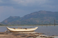 Lankan βάρκα Sri στην παραλία λιμνών Στοκ φωτογραφίες με δικαίωμα ελεύθερης χρήσης