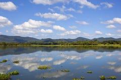 Lankan λίμνη καθρεφτών Sri με τα βουνά Στοκ Εικόνες