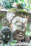 Lanna Stucco buddha staty av nordliga Thailand, tunnelen, den forntida templet arkivbilder