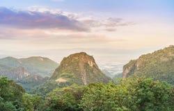 Lanscape视图在是报到问题的moopa学院队在泰国&缅甸边界M附近的土井Pha Mee观点著名地方 库存图片