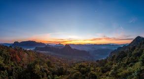 Lanscape панорамы красивые горы и одичалый в сумерк Стоковые Фото