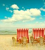 在波罗的海的海滩咖啡馆 与多云蓝天的lanscape 免版税库存照片