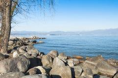 Lanscape av sjön Garda under vinter, från Peschiera del Gar Royaltyfria Foton