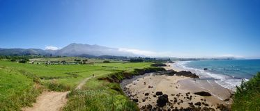 Lanscape avec les prés, les falaises et la vue verts de beautiul de la plage et de l'océan en Espagne Photos libres de droits