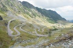 Lanscape com montanhas surpreendentes e a estrada curvada Imagens de Stock