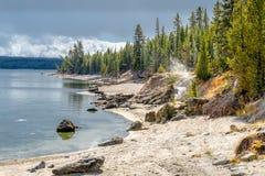 Lanscape costiero del lago Yellowstone con Geisers immagine stock libera da diritti