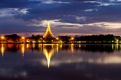 Lanscape da noite, tempo do por do sol do pagode, crepúsculo, alvorecer no lago Fotografia de Stock Royalty Free