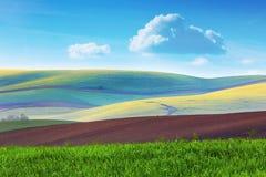 Lanscape de campos coloridos em montes listrados bonitos na mínima Fotografia de Stock Royalty Free