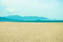 Lanscape de la arena, del mar y de la montaña Imagenes de archivo