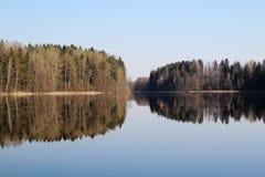 Lanscape de ressort au lac dans la forêt, Russie photographie stock