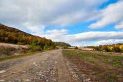 Lanscape de route de montagne avec des nuages et des arbres colorés Images libres de droits