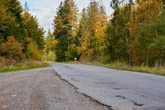 Lanscape de route de montagne avec des nuages et des arbres colorés Photos libres de droits