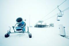 Lanscape del invierno con el snowmaker fotografía de archivo