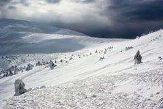 Lanscape del picco di montagna contro la tempesta della neve Fotografia Stock Libera da Diritti
