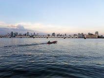 Lanscape der Flussansicht, des hölzernen Bootes, der Stadtansicht, des Hafens und des blauen Himmels Lizenzfreies Stockbild