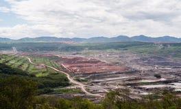 Lanscape des Kohlenbergwerks mit bewölktem und Berg Stockbild