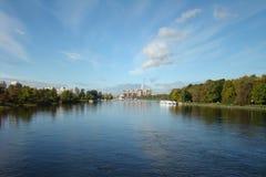 Lanscape hermoso del parque: río, cielo azul y árboles Fotografía de archivo