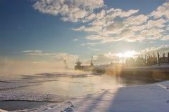 Lanscape industrial do inverno com caminhões e Bulker em um porto, madeira de carregamento Fotografia de Stock