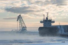 Lanscape industrial do inverno do bulker em um porto, madeira de carregamento Fotografia de Stock