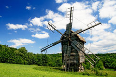 Lanscape met één windmolen stock foto