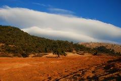 Lanscape met berghemel en wolken Stock Afbeeldingen