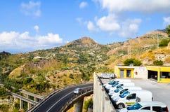 Lanscape siciliano com montanhas e construções foto de stock royalty free