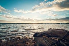 Lanscape solnedgång och dödträdstubbe arkivfoto